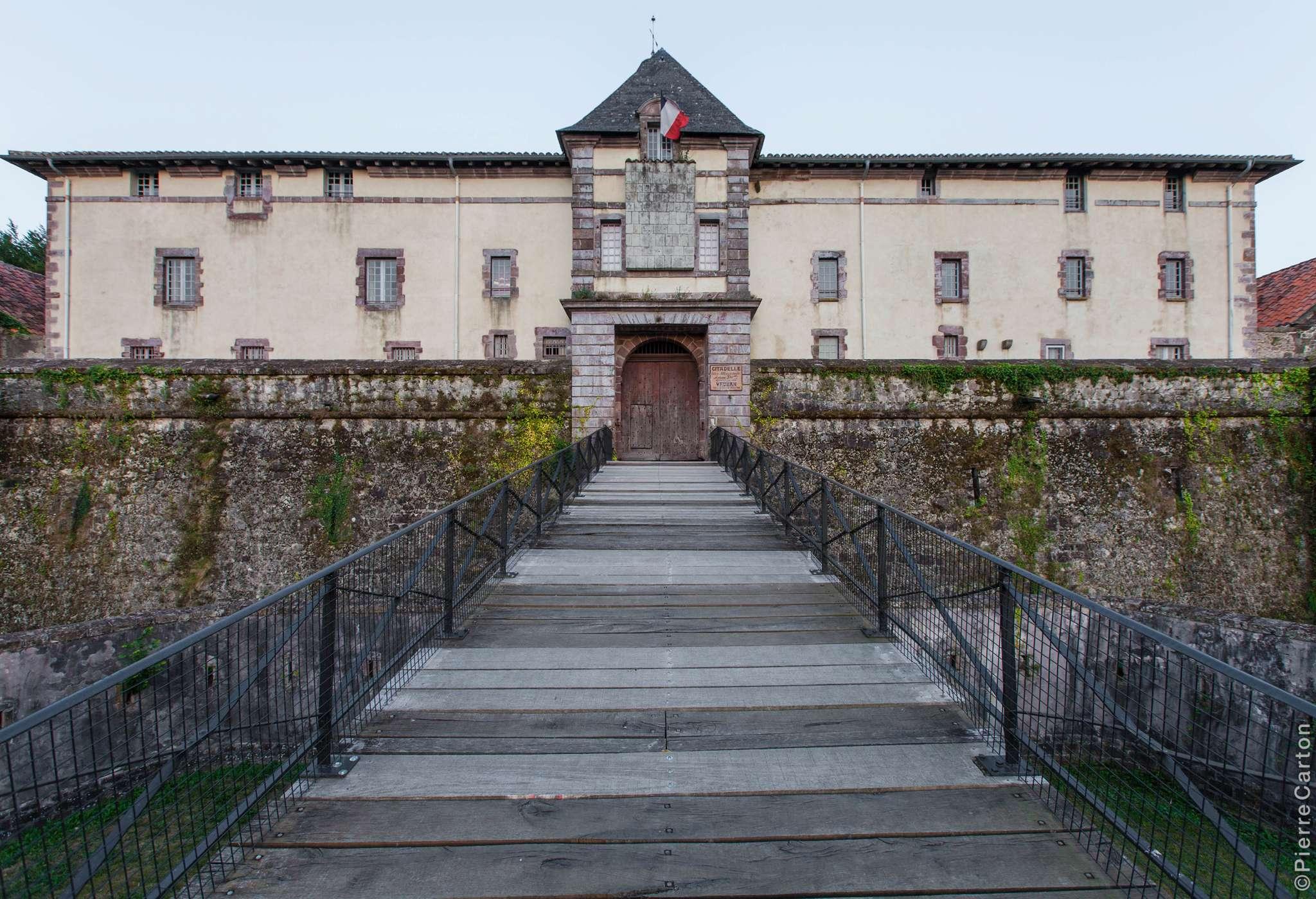 19-citadelle-pont-et-entree-st-jean-pied-de-port-bd-carton