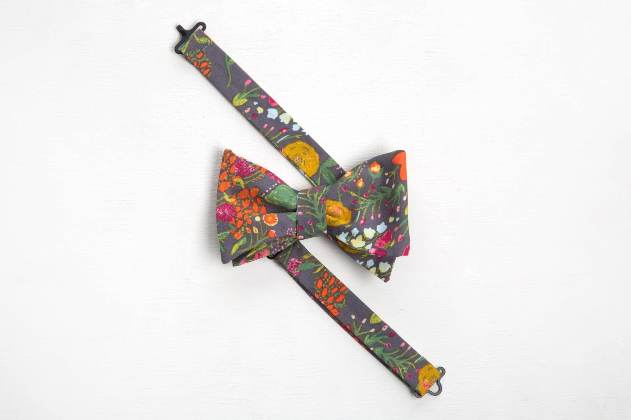 phpqtz2fs-noeud-papillon-fleuri-gris-charles-rue-mouffetard-scaled